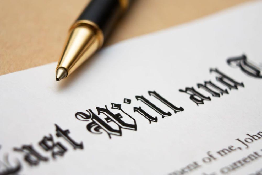 Ali pri oporočnem dedovanju po mačehi ali očimu traja davčna oprostitev za pastorka le do smrti njegovega starša?